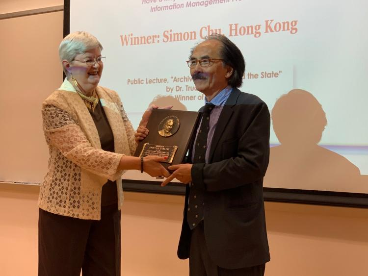 Simon Chu Receives the Emmett Leahy Award from Trudy Huskamp Peterson, 2019