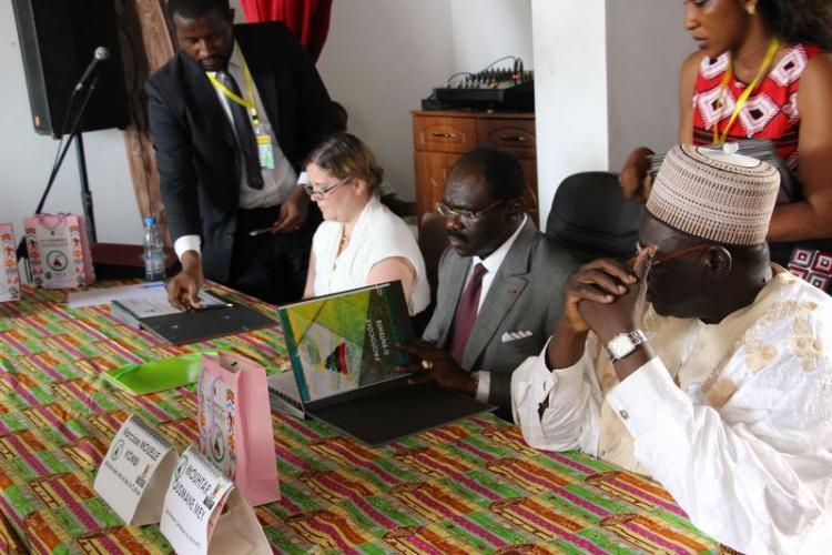 Le Dr Anthea Seles SG ICA et le  Pr. Narcisse Mouelle Kombi Ministre des Arts et de la Culture (Minac), signent le MoU en présence du SG du Minac, Mouhtar Ousmane Mey, 9 mai 2018, Copyright ICA