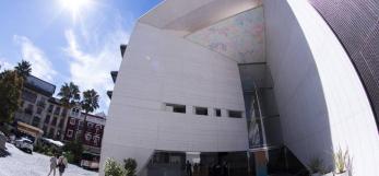 Fachada del Centro Federico García Lorca en Granada